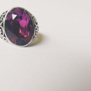 Gedecoreerde ring met een ovale swarovski fancy stone in de kleur amethyst (een paarse kleur)