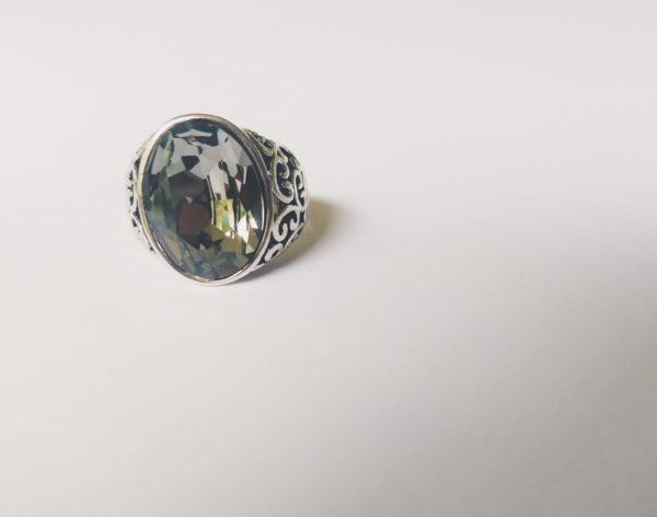 Gedecoreerde ring met een ovale swarovski fancy stone in de kleur crystal silver night (een grijze kleur)