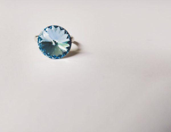 Ring met een ronde swarovski fancy stone in de kleur aquamarine (licht blauw) gezet in een silver-plated verstelbare metalen ring.