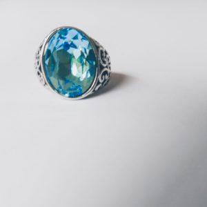 Gedecoreerde ring met een ovale swarovski fancy stone in de kleur aquamarine (een licht blauwe kleur)
