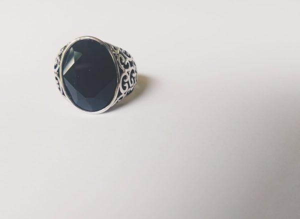 Gedecoreerde ring met een ovale swarovski fancy stone in de kleur jet (een zwarte kleur)