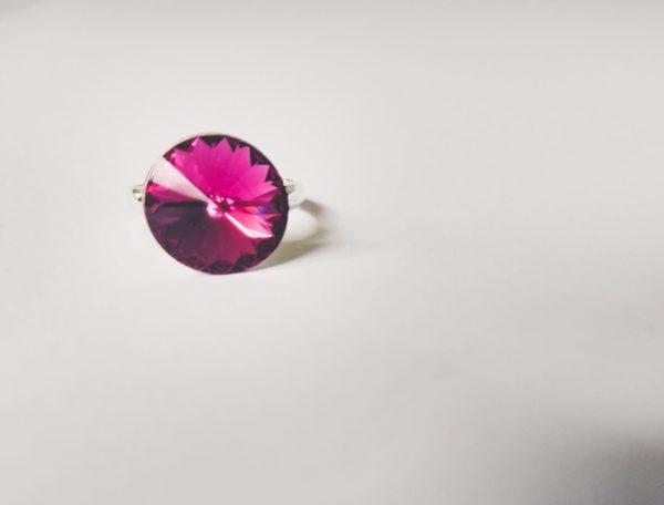 Ring met een ronde swarovski fancy stone in de kleur fuchsia (donker roze) gezet in een silver-plated verstelbare metalen ring.