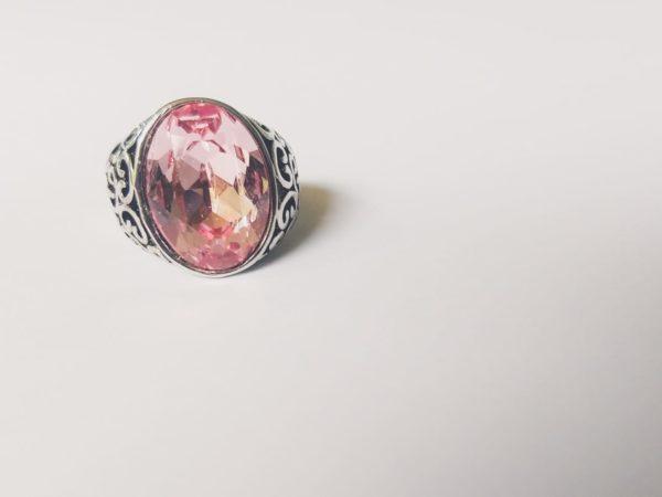 Gedecoreerde ring met een ovale swarovski fancy stone in de kleur light rose (een licht roze kleur)