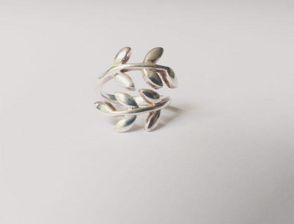 Silver-plated metalen ring met kleine blaadjes. De ring is verstelbaar.