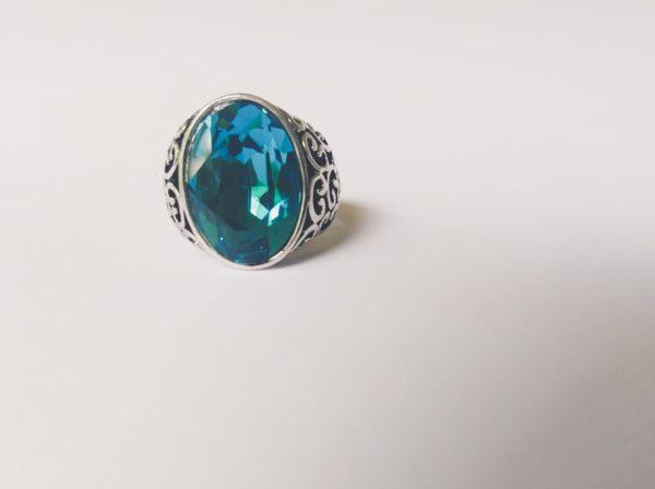 Gedecoreerde ring met een ovale swarovski fancy stone in de kleur indicolite (een blauw groene kleur)