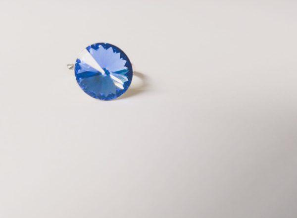 Ring met een ronde swarovski fancy stone in de kleur sapphire (donker blauw) gezet in een silver-plated verstelbare metalen ring.