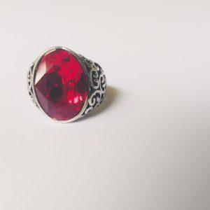 Gedecoreerde ring met een swarovski fancy stone in de kleur siam (rood)
