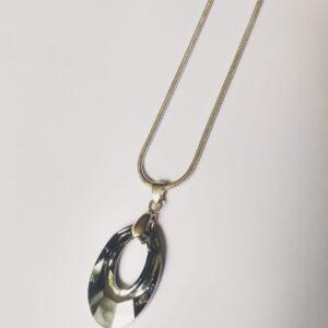 Silver plated ketting met ovaal vormige swarovski helios hanger in de kleur crystal silver night een donker grijze kleur die met inval van het licht veranderd van zwart doorzichtig tot zilver. De ketting wordt getoond op een witte achtergrond.