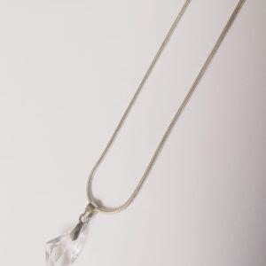 Silver-plated, korte ketting met crystal assymetrische swarovski hanger. Deze ketting wordt getoont op een witte achtergrond.