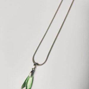 Silver-plated, korte ketting met peridot, licht groene swarovski hanger in de vorm van een vleugel. Deze ketting wordt getoont op een witte achtergrond.