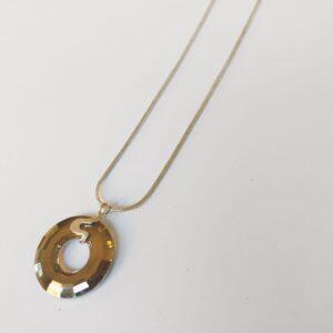 Silver plated ketting met een donut vormige swarovski disk in de kleur crystal silver night, een grijze kleur, de disk hangt aan een sierlijk 925 zilveren klemmetje. De ketting wordt getoond op een witte achtergrond.