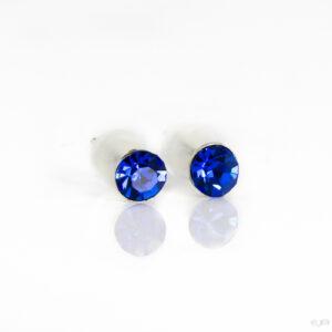 Oorstekers met kleine strass steentjes in de kleur donker blauw.