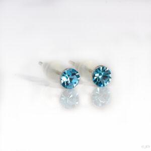 Oorstekers met kleine strass steentjes in de kleur licht blauw.