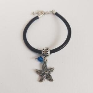 Armband bruin leer swarovski donker blauw. Bruin leren armband met een metalen bedeltje in de vorm van een zeester met een swarovski kraal in de kleur capri blue (donker blauw).