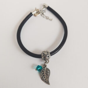 Armband bruin leer swarovski groen blauw. Bruin leren armband met een metalen bedeltje in de vorm van een blaadje met een swarovski kraal in de kleur blue zirkon (groen blauw).