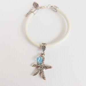 Armband wit leer swarovski licht blauw. Wit leren armband met een metalen bedeltje in de vorm van een zeester met een swarovski kraal in de kleur aquamarine (licht blauw).
