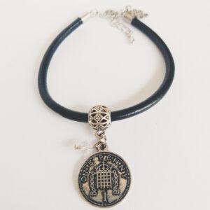 Armband zwart leer swarovski kristal. Zwart leren armband met een metalen bedeltje in de vorm van een muntje met een swarovski kraal in de kleur crystal (kristal).