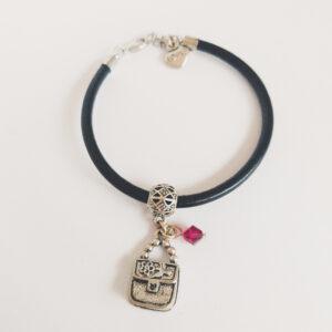 Armband zwart leer swarovski donker roze. Zwart leren armband met een metalen bedeltje in de vorm van een tasje met een swarovski kraal in de kleur fuchsia (donker roze).