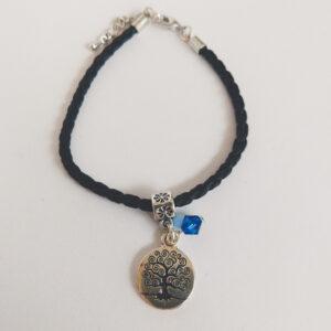 Armband leer tree of life swarovski donker blauw. Armbandje van gevlochten zwart leer met een bedeltje met de tree of life (een boompje) erop met daarnaast een swarovski kraaltje in de kleur capri blue (donker blauw).
