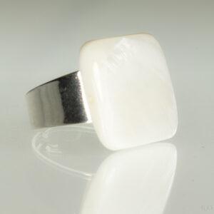 Verstelbare ring met een parelmoer steen in de kleur wit.