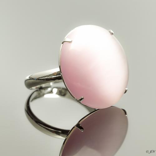 Metalen verstelbare ring met cateye steen in de kleur licht paars.