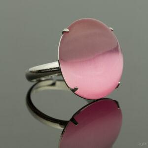 Metalen verstelbare ring met cateye steen in de kleur licht roze.