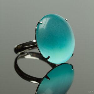 Metalen verstelbare ring met cateye steen in de kleur licht blauw.