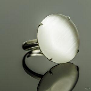 Metalen verstelbare ring met cateye steen in de kleur wit.