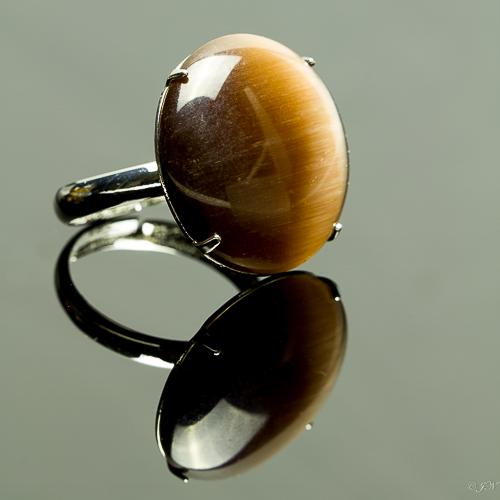 Metalen verstelbare ring met cateye steen in de kleur bruin.