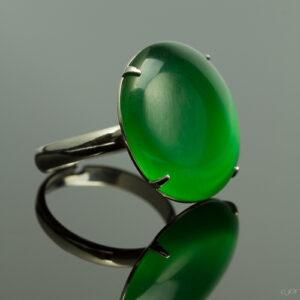 Metalen verstelbare ring met cateye steen in de kleur donker groen.