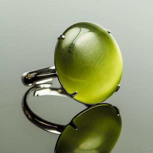 Metalen verstelbare ring met cateye steen in de kleur olijf groen.