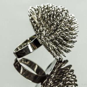 Ring wild flower. Metalen verstelbare ring met een bloem van metalen oogjes in de kleur smokey brown.