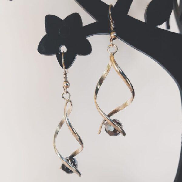 Oorbellen met silver-plated wikkel met een swarovski kraal in de kleur jet hematite, een zwarte kleur.