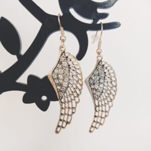 Oorbelen met een wing (vleugelvormige hanger) met swarovski steentjes in de kleur crystal.