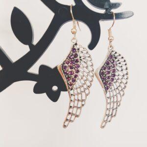 Oorbellen met een wing (vleugelvormige hanger) met swarovski steentjes in de kleur amethyst, een donker paarse kleur.