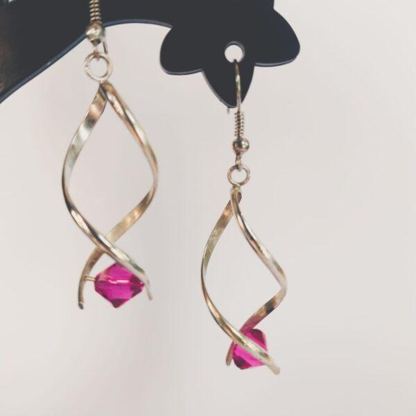 Oorbellen met silver-plated wikkel met een hoekige swarovski kraal in de kleur fushia, een roze kleur.