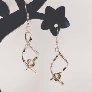 Oorbellen met silver-plated wikkel met een swarovski kraal in de kleur crystal bronze shade, een bruine kleur.