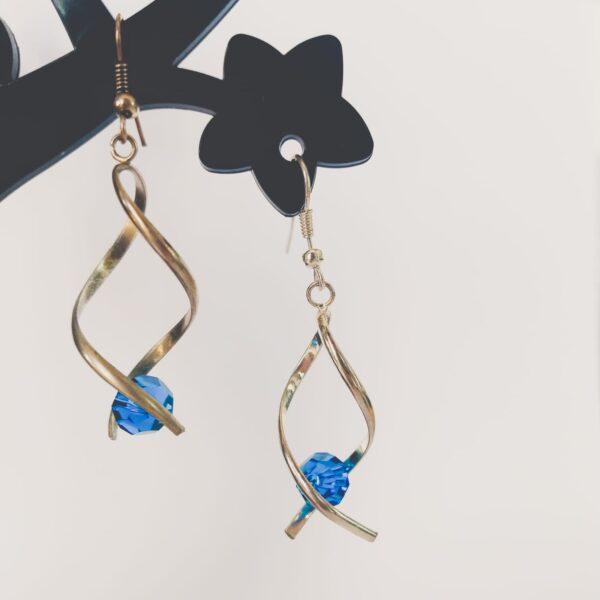 Oorbellen met silver-plated wikkel met een swarovski kraal in de kleur capri blue, een blauwe kleur.