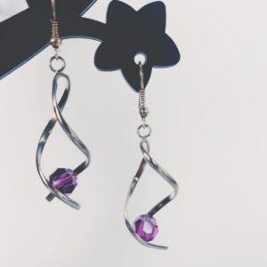 Oorbellen met silver-plated wikkel met een swarovski kraal in de kleur amethyst, een paarse kleur.