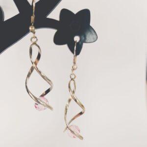 Oorbellen met silver-plated wikkel met een swarovski kraal in de kleur light rose, een licht roze kleur.