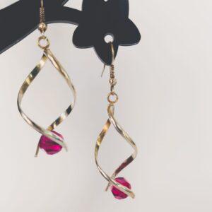 Oorbellen met silver-plated wikkel met een swarovski kraal in de kleur fushia, een donker roze kleur.