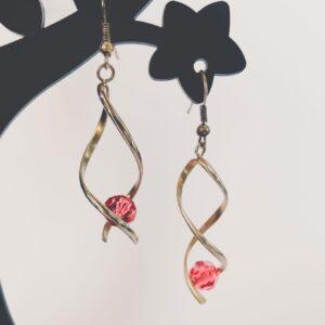Oorbellen met metalen wikkel met een swarovski kraal in de kleur padparadscha, een roze/oranje kleur.