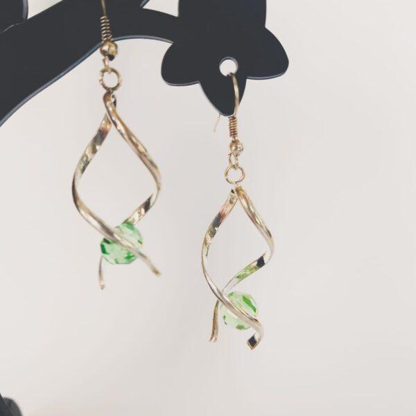 Oorbellen met silver-plated wikkel met een swarovski kraal in de kleur peridot, een licht groene kleur.
