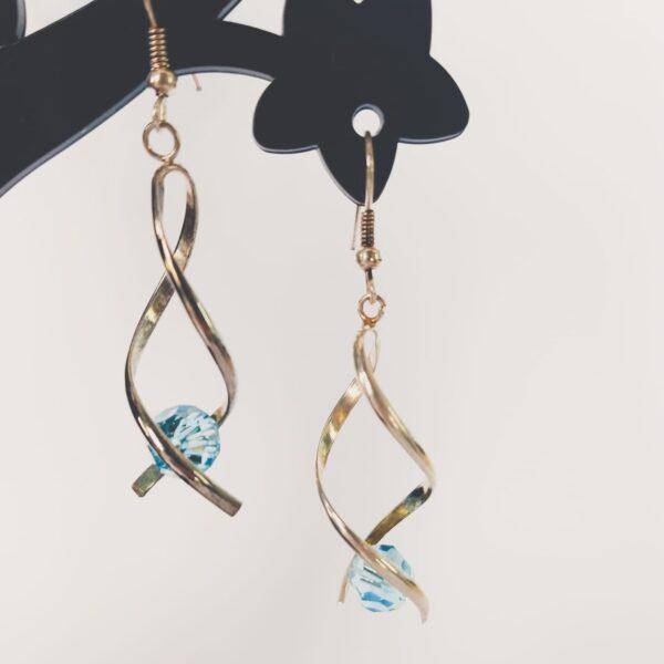 Oorbellen met silver-plated wikkel met een swarovski kraal in de kleur aquamarine, een licht blauwe kleur.