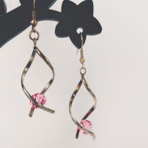 Oorbellen met silver-plated wikkel met een swarovski kraal in de kleur rose, een roze kleur.