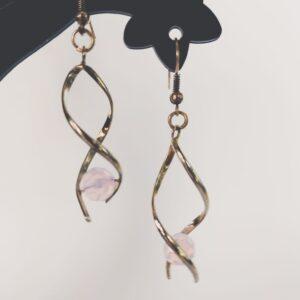 Oorbellen met silver-plated wikkel met een swarovski kraal in de kleur rose water opal, een roze kleur.