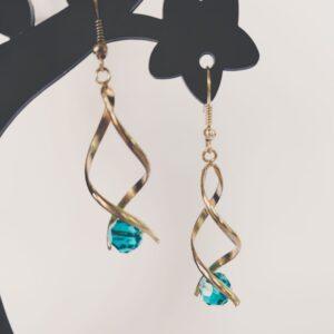 Oorbellen met silver-plated wikkel met een swarovski kraal in de kleur indicolite, een blauw-groene kleur.