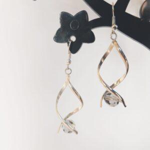 Oorbellen met silver-plated wikkel met een swarovski kraal in de kleur crystal silver night, een grijze kleur.