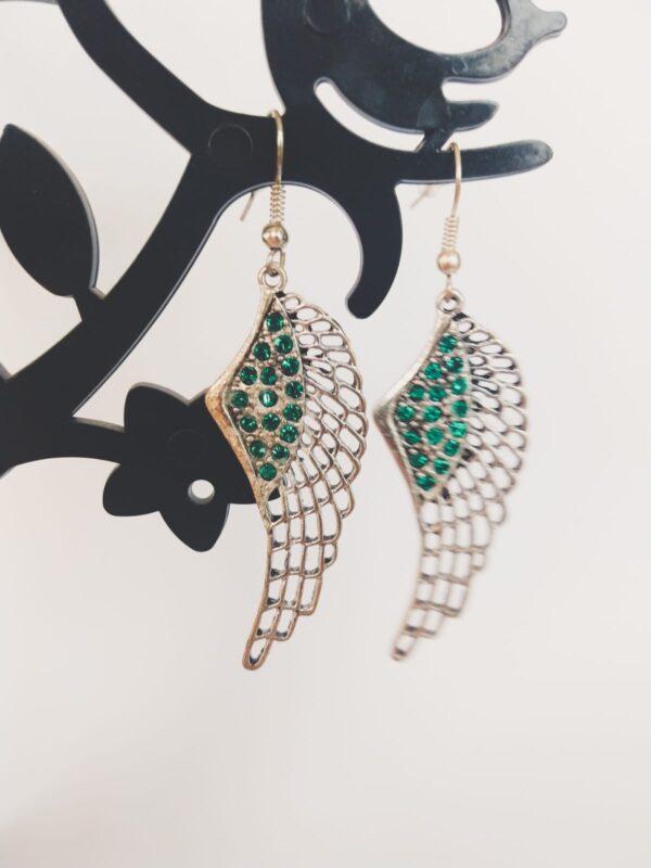 Oorbellen met een wing (vleugelvormige hanger) met swarovski steentjes in de kleur emerald, een donker groene kleur.