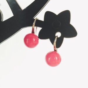 Oorbellen met een roze gekleurde kraal.